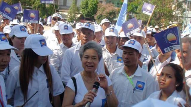 Auch in der Abwesenheit von Sam Rainsy kämpft die CNRP auf Hochtouren um Wählerstimmen. Das Bild zeigt seine Ehefrau und Parlamentsabgeordnete Saumura Tioulong, umringt von zahlreichen Anhängern. Foto: CNRP