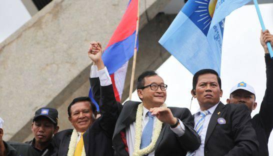 Es war eine Machtdemonstration der Anti-Hun Sen-Kräfte, wie sie Kambodscha zuvor noch nie erlebt hat: Zehntausende – manche Beobachter sprechen gar von 100.000 – Anhänger der Cambodia National Rescue Party (CNRP) haben am Freitag ihren charismatischen Parteichef Sam Rainsy nach mehr als dreieinhalb Jahren begeistert in Phnom Penh empfangen. Der wird in den letzten Tagen bis zur Wahl am kommenden Sonntag noch 15 Provinzen besuchen und dadurch dem Wahlkampf noch einmal neuen Schwung verleihen. Aber noch verwehrt ihm die Regierung (genauer die Nationale Wahlkommission) das passive Wahlrecht, was nicht nur für den Oppositionsführer ein wichtiger Faktor bei der Bewertung der Fairness der Wahlen bleibt. Andere Beobachter unken, dass durch die Rückkehr des Parteichefs die CNRP destabilisiert werden könnte, da der Flügel um Kem Sokha (im Bild links neben Sam Rainsy) nun um seinen Einfluss bange. Unterdessen gehen viele Kommentatoren und Analysten davon aus, dass Hun Sen zwar die Wahlen gewinnen und weiter regieren wird, wohl aber einige Verluste wird hinnehmen müssen. Damit käme ein Politikstil an seine Grenzen, der sich so deutlich abhebt von dem, was die Opposition seit drei Wochen versprüht: Authentische Begeisterung, jugendliche Aufbruchstimmung und Freiheitsstreben. (Foto: CNRP)