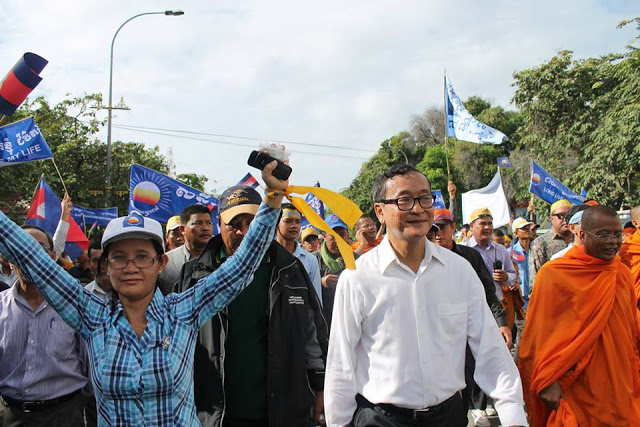 Angeführt von Parteipräsident Sam Rainsy marschieren rund 1000 Anhänger der Opposition knapp acht Kilometer von der Parteizentrale in Chak Angrae bis zum Freedom Park in Daun PPenh. Später war es dann nicht mehr ganz so friedlich. (Foto: PRKN)
