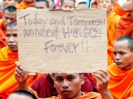 Zum Auftakt einer dreitägigen Protestaktion der oppositionellen Partei zur Rettung der Kambodschanischen Nation (PRKN) gegen das Ergebnis der Parlamentswahlen und die anschließende Regierungsbildung haben sich mehr als 20.000 Menschen auf dem Platz der Demokratie am Wat Phnom versammelt. Gegen Nachmittag marschierte etwa die Hälfte der Demonstranten zum lokalen Büro des Hohen Kommissars der Vereinten Nationen für Menschenrechte (UNHCHR), um den UN-Mitarbeitern eine Petition mit der Bitte zu überreichen, bei der Regierung eine unabhängige Überprüfung der Parlamentswahlen einzufordern. Anders als bei den letzten Demonstrationen im September, bei denen ein Unbeteiligter erschossen worden war, halten sich die Sicherheitskräfte diesmal zurück, obwohl die Auflagen des Innenministeriums und der Stadtverwaltung bisher nicht eingehalten worden waren. Auch wenn ein Erfolg der  Proteste alles andere als sicher ist, setzen die Demonstranten zumindest ein mutiges Zeichen – und verändern dadurch Kambodscha: Das Bild eines jungen Mönches, der genug hat von Kambodschas langjährigem Regierungschef, wäre vor einigen Monaten jedenfalls noch undenkbar gewesen. (Foto: Vichard Theary)