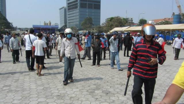 Schlägertrupps stürmten am Samstag den Freedom Park nahe dem Wat Phnom, auf dem auf Anordnung der Stadtverwaltung Phnom Penh die Opposition nicht weiter demonstrieren darf. (Quelle: KI-Media)