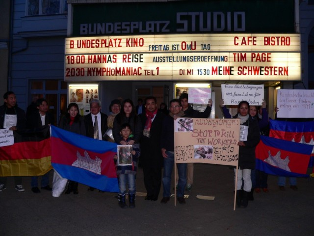 Mahnwache am Bundesplatz in Berlin: Knapp 20 Personen demonstrierten am Montag gegen die Politik der kambodschanischen Regierung. (Foto: Lina Tach)