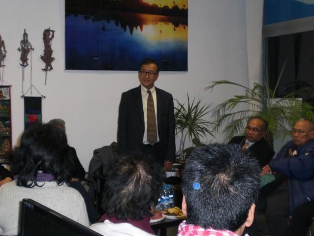 Sam Rainsy sprach am Freitag auch zu seinen Landsleuten. Innerhalb kürzester fanden sich mehr als 30 Deutsch-Kambodschaner ein, um sich über die aktuelle Lage und die Einschätzungen der Opposition zu informieren. (Foto: Karbaum)