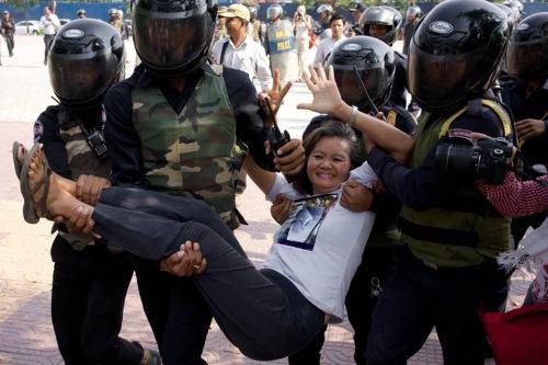 Vermummte Sicherheitskräfte entfernen die Oppositionspolitikerin Mu Sochua aus dem Freedom Park. Gegen andere Demonstranten wurde am vorvergangenen Sonntag Gewalt angewendet.  (Quelle: Mu Sochua)