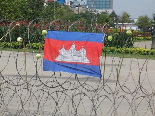 """So sieht politische Freiheit in Kambodscha aus: Der """"Freedom Park"""", unzugänglich hinter S-Draht. Und die Frau, die dieses Bild im Juni geschossen hat, sitzt derzeit im Gefängnis. (Foto: Mu Sochua)"""
