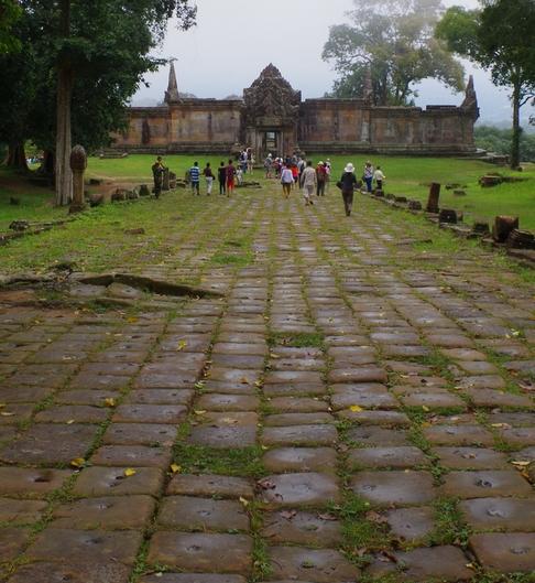 Zugegeben, er ist nicht leicht zu erreichen, dieser langgestreckte Tempel im Dongrek-Gebirge, am äußersten nördlichen Rand des Königreichs, aber dank der thailändischen Aggressionen vor vier Jahren zumindest auf ausgebauten Straßen. Schließlich muss man bei Bedarf schnell schweres militärisches Gerät verlegen können. Aber es lohnt sich allemal, weil der Prasat Preah Vihear unzweifelhaft gleich nach Angkor Wat zum zweitwichtigsten Nationalsymbol Kambodschas aufgestiegen ist. Hier kulminiert der Glanz einer untergegangenen Epoche zum Stolz des ganzen Landes, zum kollektiven Bewusstsein, zum einigenden Band aller Khmer. Auch wenn es an der Grenze, die nur wenige Meter vom eigentlichen Ausgangspunkt (den untersten Treppenstufen) entfernt liegt, seit 2012 friedlich geblieben ist, sollte sich niemand täuschen: Die Region ist hochmilitarisiert, das (männliche) Tempelpersonal besteht praktisch ausnahmslos aus Soldaten, die lediglich Zivilkleidung tragen, um die Touristen nicht zu verschrecken. Das Signal ist klar, und keiner sollte etwas anderes für möglich halten: Kambodscha wird seine Hoheit über diesen Tempel um jeden Preis verteidigen. (Foto: Karbaum)