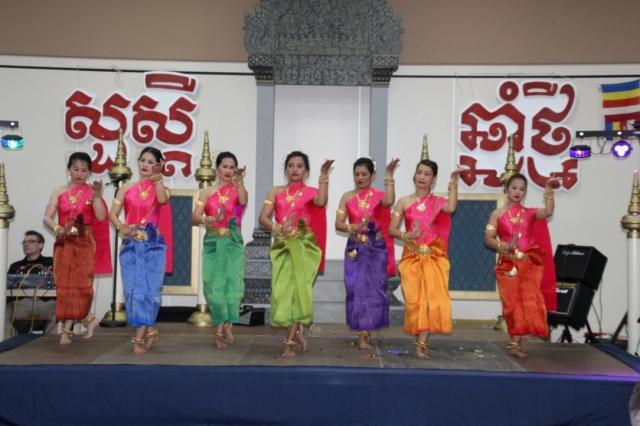 """Mit buddhistischen Zeremonien am Vormittag, einem beeindruckenden Kulturprogramm am Abend und einer ausdauernd aufspielenden Band in der Nacht hat die kambodschanische Gemeinschaft Berlins am Samstag das Neujahrsfest (nach)gefeiert. In monatelanger Vorbereitungszeit waren vor allem die traditionellen klassischen Tänze und Volkstänze einstudiert worden, doch diese Mühen hatten sich erkennbar gelohnt. Die zahlreichen, mitunter von weit angereisten Gäste konnten jedenfalls eindeutig feststellen: Die kambodschanische Kultur in Berlin ist vital, verbindend und – wie beim Tanz Robam Neary Chea Chour (Foto: Lina Tach) – einfach nur schön anzusehen. Respekt und Dank galt aber nicht nur den Protagonisten auf der Bühne, sondern auch den vielen Helfern und Unterstützern, vorwiegend Mitglieder des Vereins """"Khmer Deutsche Freundschaft e.V."""""""